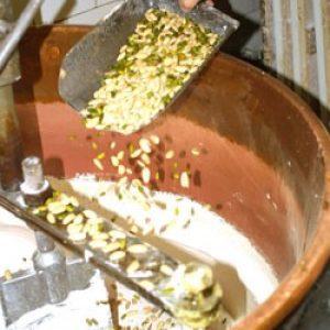 L'incorporation des amandes et des pistaches se fait en fin de cuisson. Un dernier malaxage donne à la masse un maximum d'homogénéité.