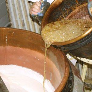 Ce mélange est ensuite stabilisé par l'incorporation de sucre préalablement porté à haute température, stabilisation qui donnera, aprés cuisson définitive, cet aspect de pâte levée caractérisant le Nougat de Montélimar.