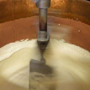 Miel de lavande et sucre sont fondus et cuits dans des chaudrons avec addition des blancs d'oeuf montés en neige.